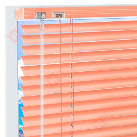 Горизонтальные алюминиевые жалюзи на пластиковые окна - цвет бежево-красный