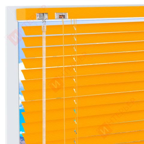Горизонтальные алюминиевые жалюзи на пластиковые окна - цвет транспортно-желтый