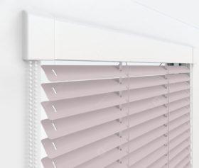 Жалюзи Изотра 25 мм на пластиковые окна - цвет бледно-розовый